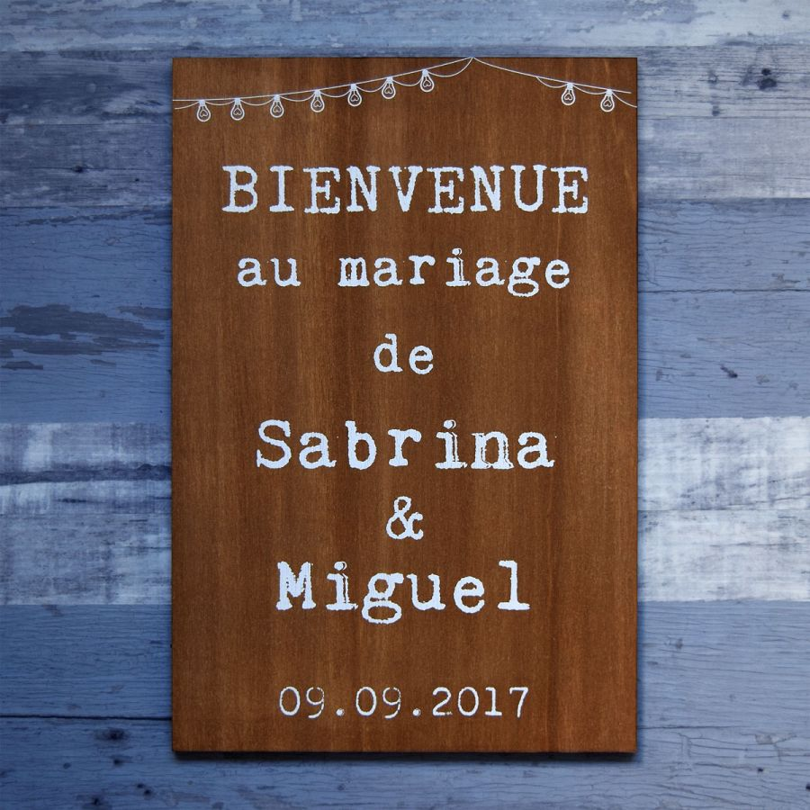 Pancarte de bienvenue en bois foncé avec lampions et guirlandes